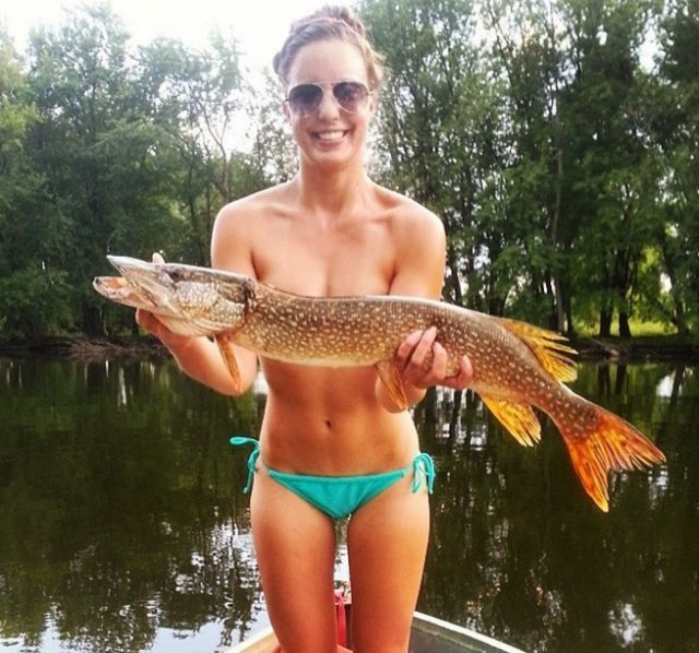 Hot Girls Posing With Fish Is The Newest Internet Trend (21 pics)