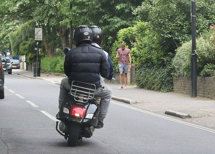 Scooter Bandits Try To Rob An Unsuspecting Pedestrian (4 pics)