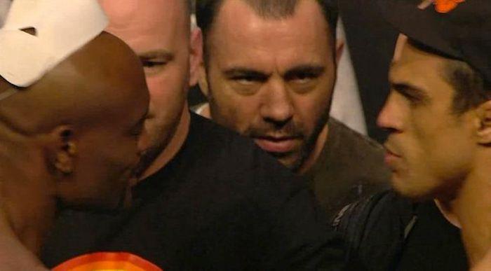Joe Rogan Makes Hilarious Faces During UFC Weigh-Ins (22 pics)