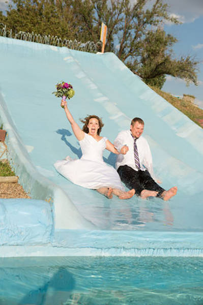 Couples Who Went Out Of Their Way To Take Amusing Wedding Pictures (39 pics)