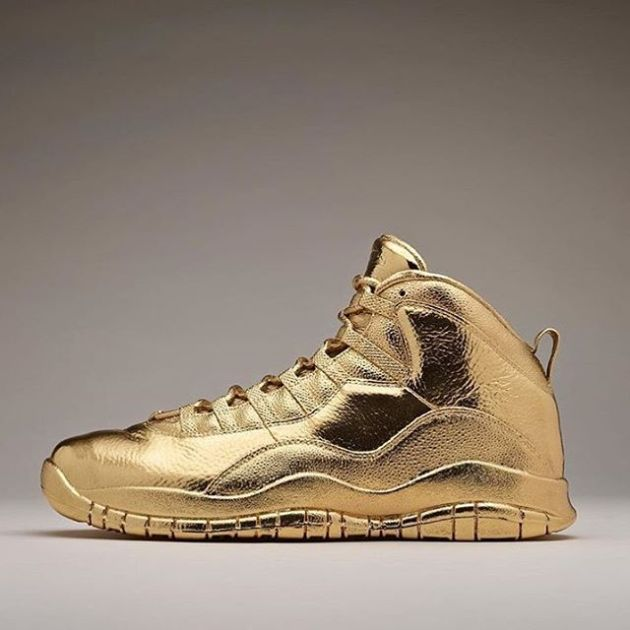 Drake Shows Off His New Pair Of Pure Gold OVO Air Jordans (4 pics)