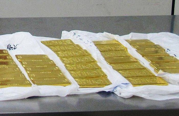 Chinese Customs Officials Detain 12 Tourists Carrying Gold Bars (5 pics)