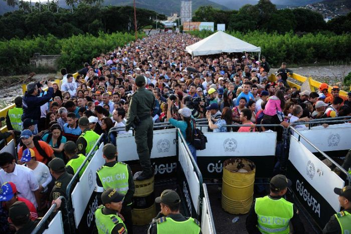 Thousands Of Venezuelans Cross The Border To Columbia For Medicine And Food (5 pics)
