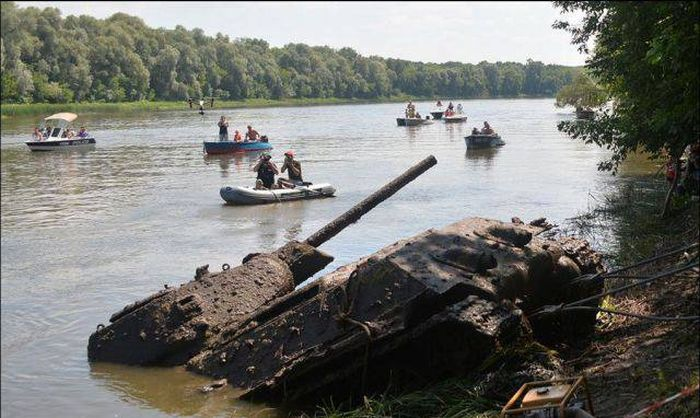 Long Lost Tank Discovered At The Bottom Of A River (6 pics)