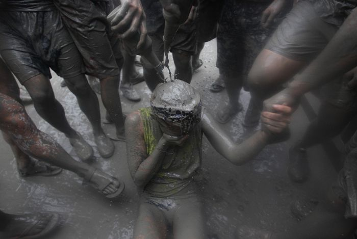 People Let Loose And Get Dirty At The South Korea Mud Festival (12 pics)