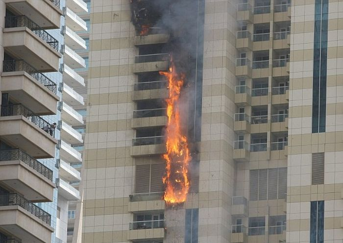 Massive Fire Breaks Out In A 75 Story Building In Dubai (8 pics)