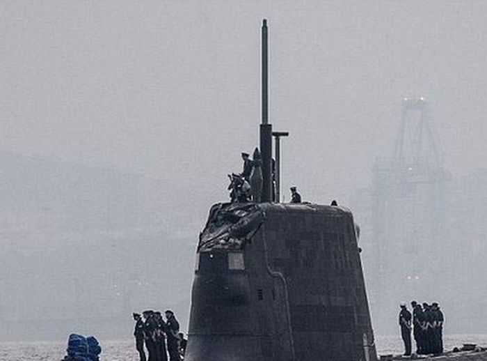 Britain's Most Advanced Sub Forced To Dock After Accident In The Water (2 pics)