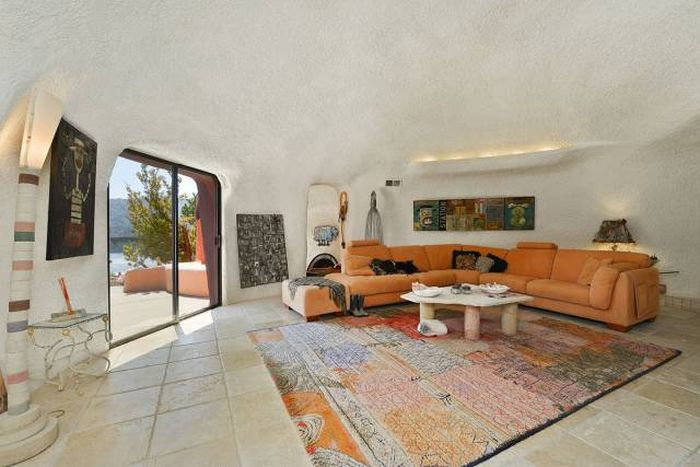 No One Wants To Buy This House Because Of The Crazy Design (21 pics)