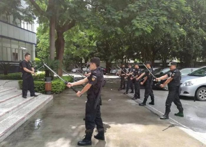 Shenzhen Police Get New Weapon Kits (6 pics)