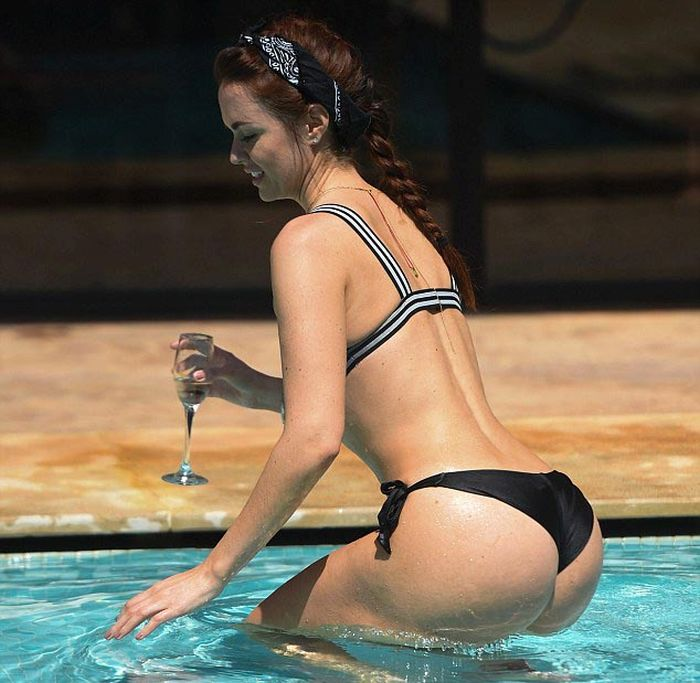 Jenna Metcalfe Wins The 2016 Rear Of The Year Award (16 pics)