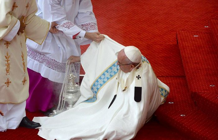 Pope Francis Falls Over During Mass With Millions Of People Watching (8 pics)