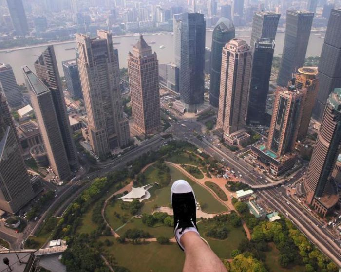 Shanghai Skyscraper Lets Visitors Walk On The Edge Without Handrails (8 pics)