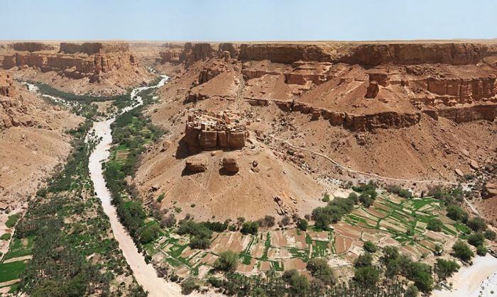 This Yemen Village Looks It's Right Out Of Lord Of The Rings (3 pics)