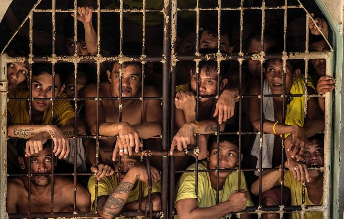 Prisoners Are Left With No Room At All In This Overcrowded Prison (14 pics)