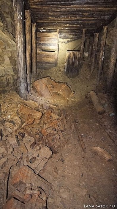 Mysterious Tunnel Discovered In An Old Shed (20 pics)