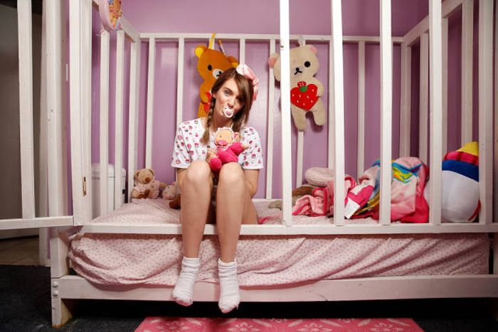 Girl From Florida Escapes Childhood Trauma By Living As An Adult Baby (18 pics)