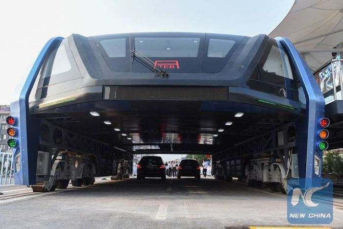 Elevated Bus Goes For A Test Drive In China (5 pics)