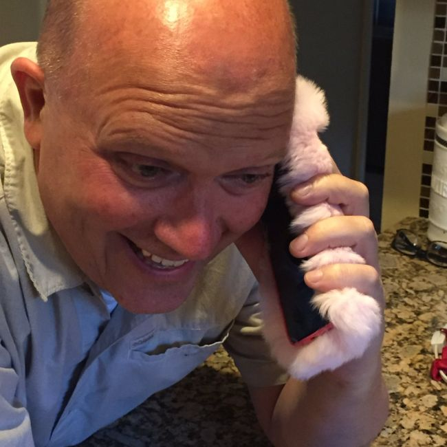 Girl Gets More Than She Bargained For After Giving Her Dad A Ridiculous iPhone Case (4 pics)
