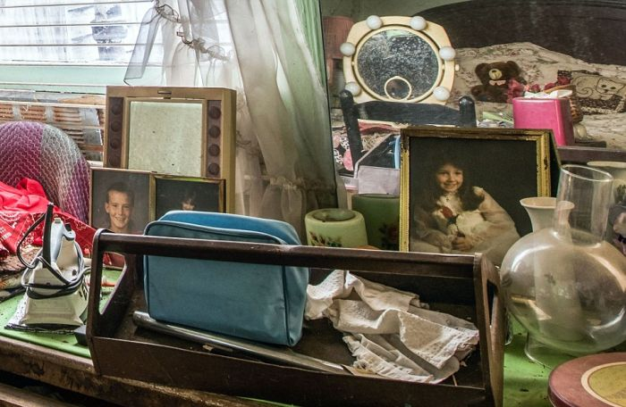 You're Going To Be Shocked When You See This Abandoned Hoarder House (10 pics)