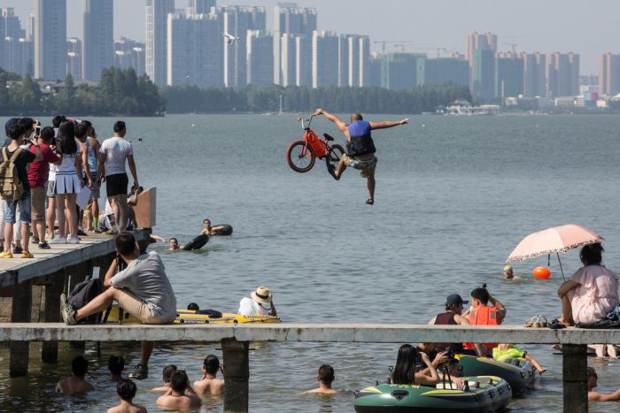 Interesting Photos Show A Glimpse Of Daily Life In China (38 pics)