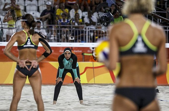 Perfectly Timed Photos Capture The Differences Between Egyptian And German Teams (11 pics)