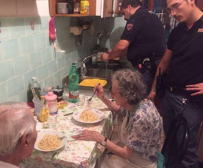 Italian Police Take A Break To Cook Pasta For The Elderly (2 pics)