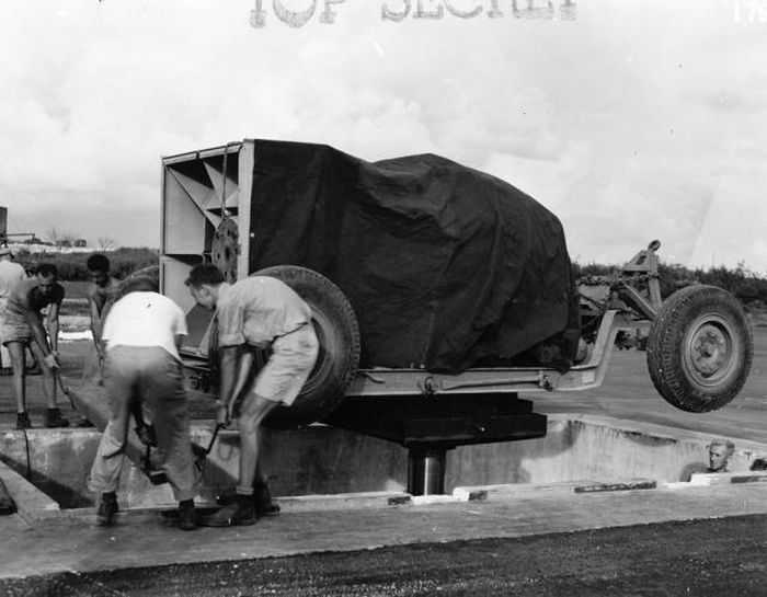 Declassified Photos Of US Soldiers Preparing For Atomic Bombings Of Japan (16 pics + video)