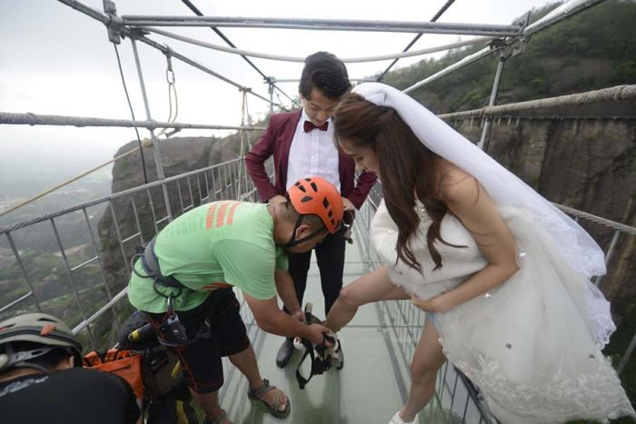 Couple Holds Wedding Ceremony In The Air In China (8 pics)
