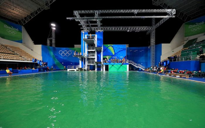 Olympic Pool In Rio Goes From Blue To Green In Just One Day (9 pics)