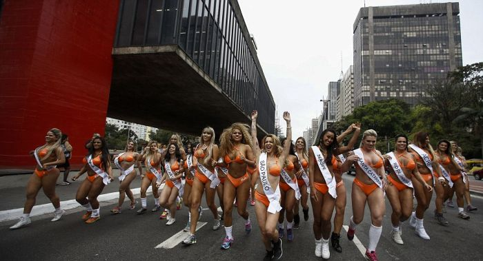 Miss Bumbum 2016 Contestants Stop Traffic While Showing