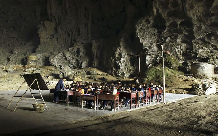 This Giant Cave In China Is Home To 100 People (6 pics)
