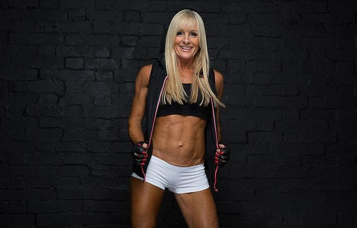 Bodybuilding Grandmother Shows Off Her Ripped Abs (8 pics)