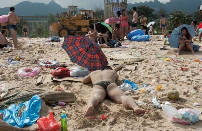 Beachgoers Have Trashed Beaches In China This Summer (13 pics)