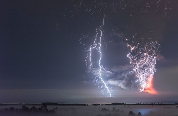 Lightning Strikes Chilean Volcano At The Perfect Moment (7 pics)