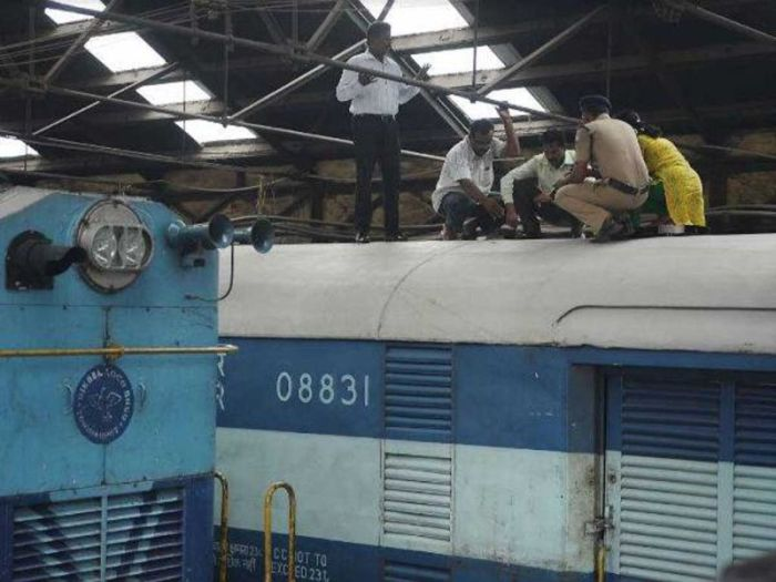 Robbers In India Cut A Hole In This Moving Train To Steal Money (4 pics)