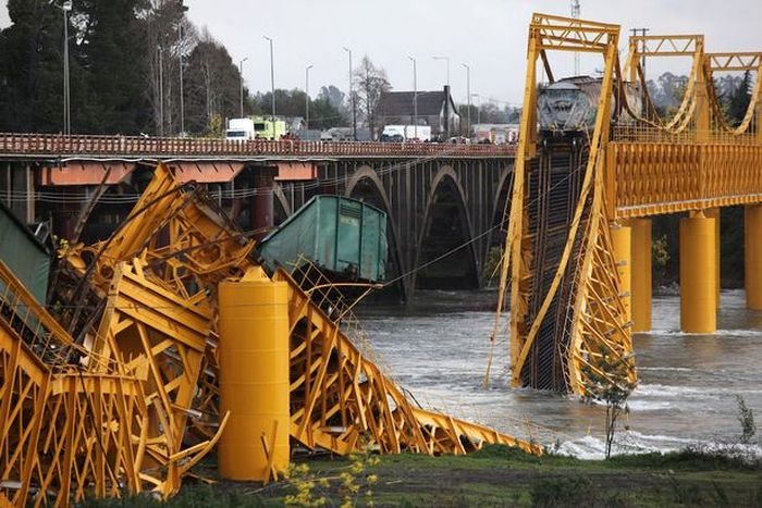 Chemical Train Plunges Into River After Bridge Collapses (4 pics)