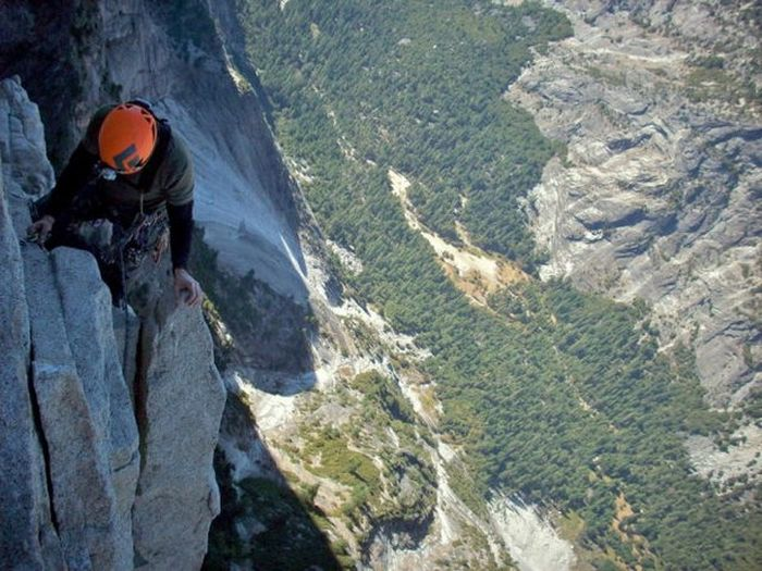 Impressive Pictures Of Mountain Climbers Who Have No Fear (16 pics)