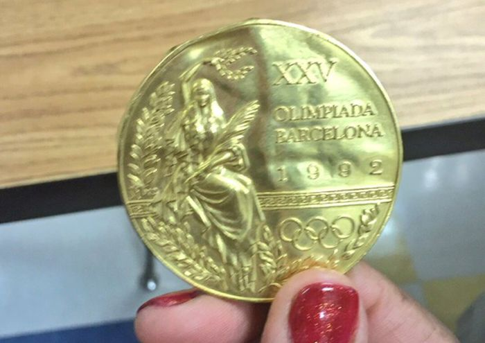 Young Girl Finds An Olympic Gold Medal In The Garbage (3 pics)