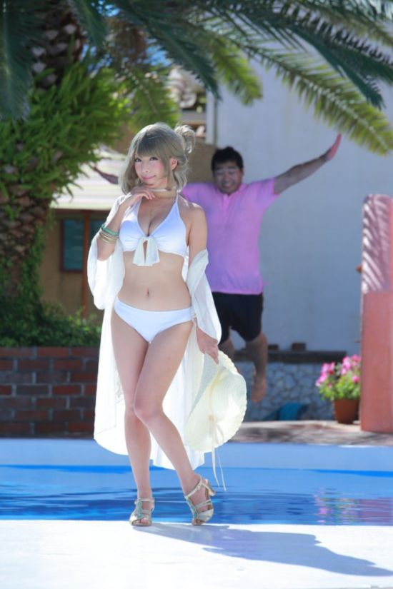 How To Create A Sexy Picture By The Pool (4 pics)