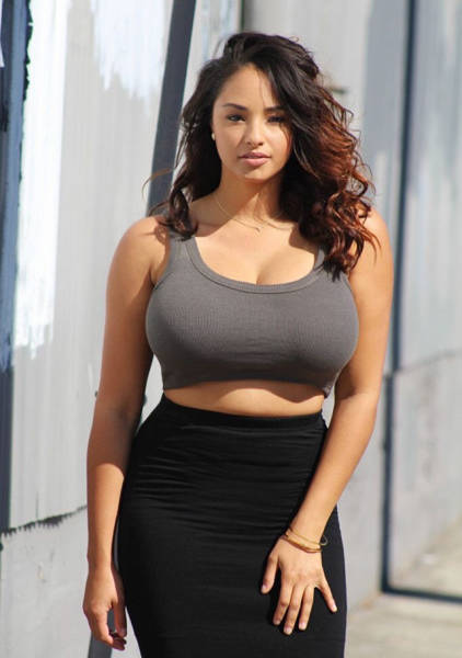 A Stunning Collection Of Beautiful Girls With Curves (41 pics)