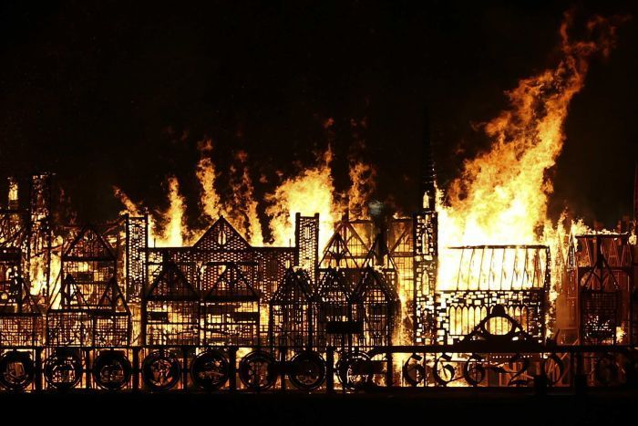 London Replica Set On Fire To Commemorate The Great Fire Of London Anniversary (7 pics)