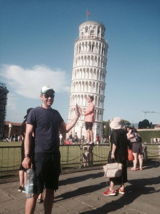 Guy Uses Tourists As Props At The Leaning Tower of Pisa (6 pics)