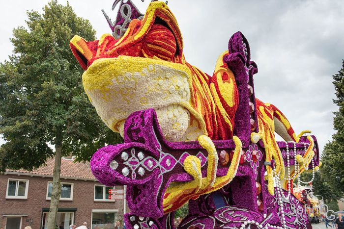 Giant Flower Sculptures Stun Crowds During Flower Parade In The Netherlands (15 pics)