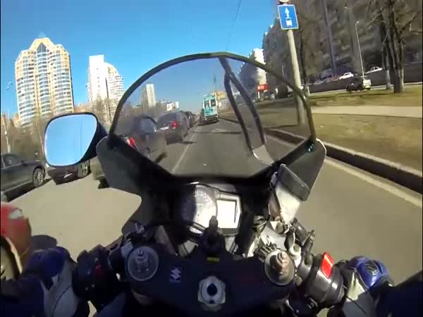 Biker Doing 90 MPH Crashes While Lane Splitting