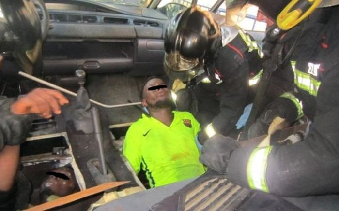 Spanish Police Find Migrants Hiding In False Bottom Of A Minivan (2 pics)