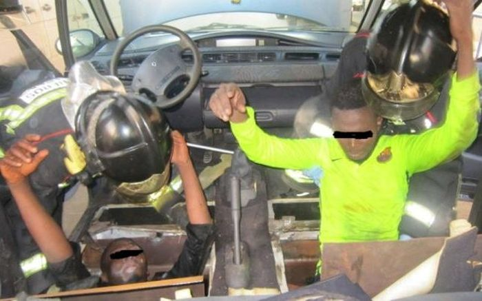 Spanish Police Find Migrants Hiding In False Bottom Of A Minivan (2 pics)
