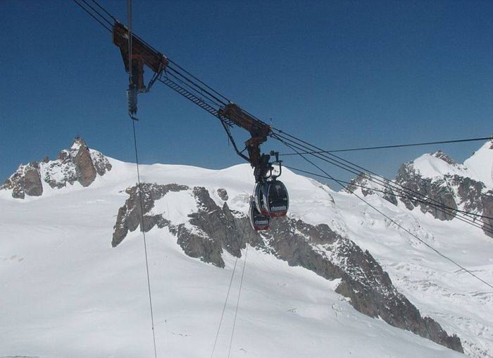 Over 30 Tourists Trapped Overnight In Cable Cars In The Alps (6 pics)
