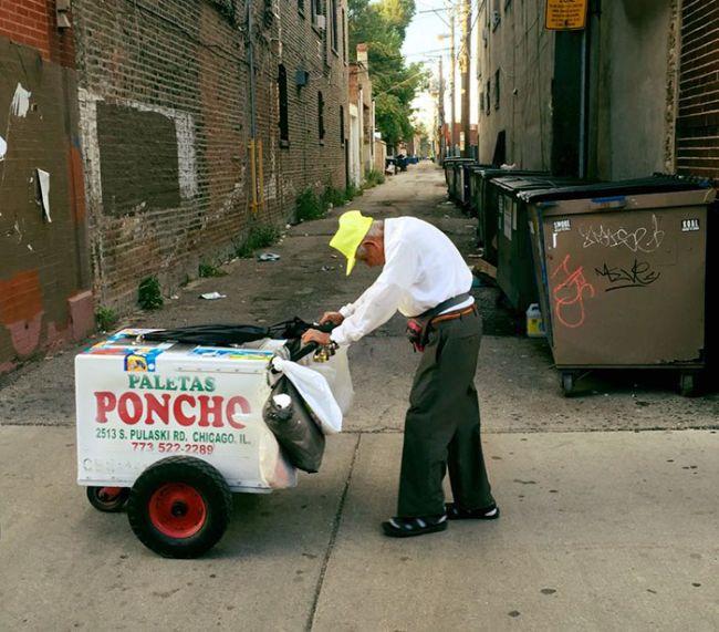 Internet Raises $250,000 For 89-Year-Old Popsicle Seller (2 pics)