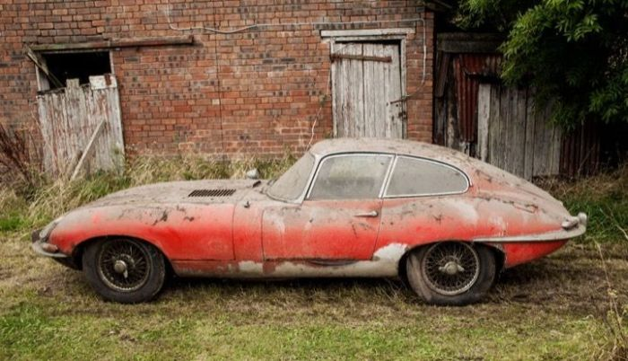 Jaguar E-Type 1964 Discovered In A Dilapidated Garage (9 pics)