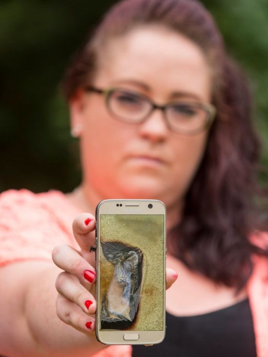 Samsung Galaxy S7 Explodes In The Hands Of A Teacher (5 pics)